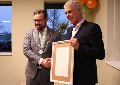 Burgemeester Michiel Pijl en Peter Aker