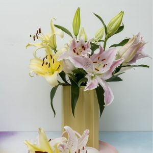 Light pink lily Willeke Alberti in a vase with a yellow lily